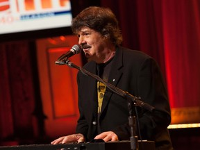 Burton Cummings will be inducted into the Canadian Music Hall of Fame at the 2016 Juno Awards in Calgary.