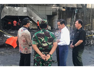 This handout photo released by the Presidential Palace on May 13, 2018 shows Indonesia's President Joko Widodo (2nd R) with officials at the scene of an attack outside the Central Pantekosta church (Gereja Pantekosta Pusat) in Surabaya.