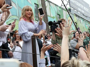 """In advance of her new album release, Taylor Swift surprises fans at the new Kelsey Montague """"What Lifts You Up"""" Mural on April 25, 2019 in Nashville, Tennessee. (Leah Puttkammer/Getty Images)"""
