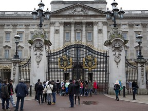 Tourists pose for photographs in front of Buckingham Palace in central London April 6, 2014. (Reuters/Neil Hall/File Photo)