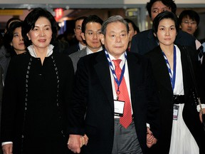 Former Samsung Electronics Chairman Lee Kun-hee tours the 2010 International Consumer Electronics Show (CES) with his wife Hong Ra-hee (L) and daughter Lee Seo-hyun in Las Vegas, January 9, 2010.