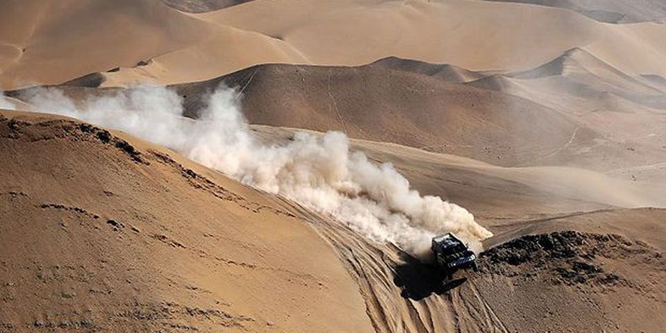 US Robby Gordon steers his hummer during the 7th stage of the Dakar 2010, between Iquique and Antofagasta, Chile, on January 8, 2010. Qatar's Nasser Al-Attiyah won the stage, Spain's Carlos Sainz took the second place and leads the race, and US Mark Miller the third.