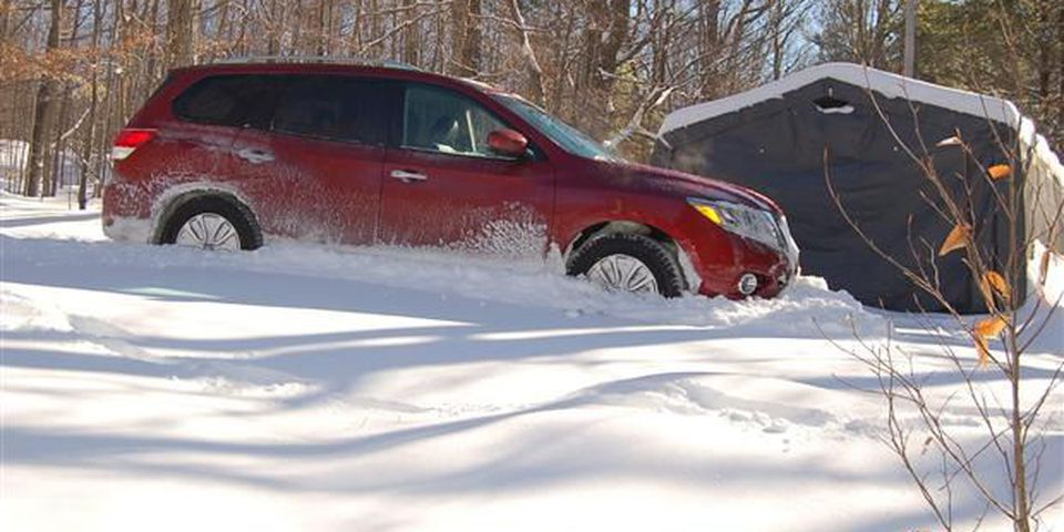 2013 Nissan Pathfinder tackles 30 cms of new snow.