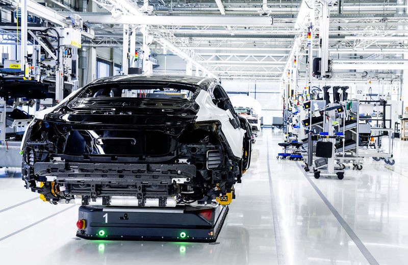 The assembly facility of the Audi e-tron GT at Böllinger Höfe: During the marriage, employees fasten the battery and the drive components to the body with screws at 74 points.