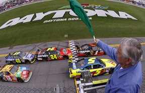 The field takes the green flag for the start of the the Daytona 500 NASCAR Sprint Cup Series race at the Daytona International Speedway in Daytona Beach, Florida February 15, 2009.