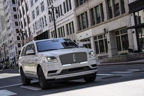 The Monochromatic Package, available on the Navigator Reserve series, offers on-trend exterior sweeps of color that showcase the bold lines of Lincoln's full-size SUV