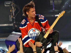 Keith Urban sports the new Oilers jersey during his July 2015 show at Rexall Place.