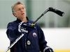 Sherwood Park, AB: Oct 4, 2006: Head Coach Craig MacTavish uses his stick as a pointer as he gives directions during the Edmonton Oilers Practice at Millenium Place in Sherwood Park Oct 4, 2006. Edmonton Sun/QMI Agency