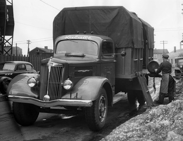 During prohibition, Labatt used unmarked and covered trucks like this one. (Courtesy: Brewed in the North: A History of Labatt's)