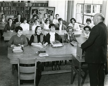 Dr. Clare Bice, London artist, addresses Medway students, 1966. (London Free Press files)