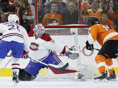 Philadelphia Flyers' Wayne Simmonds, right, scores a goal past Montreal Canadiens' Mike Condon, center, as Devante Smith-Pelly looks on during the first period of an NHL hockey game, Tuesday, Feb. 2, 2016, in Philadelphia.