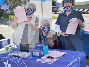 Bea Fioramanti, resource development co-ordinator with  Alzheimers staff and board members Joan Desjardens and Susan McLean set up on the weekend outside the office on Trunk Road. ALLANA PLAUNT/SAULT THIS WEEK