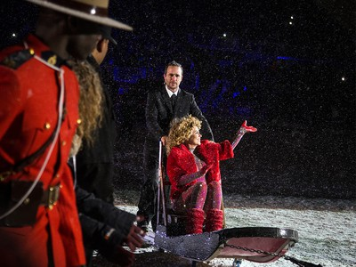 Canadian singer-songwriter Shania Twain performed at the halftime show at the 2017 Grey Cup at TD Place between the Calgary Stampeders and Toronto Argonauts. Twain made a very Canadian entrance on a dog sled.