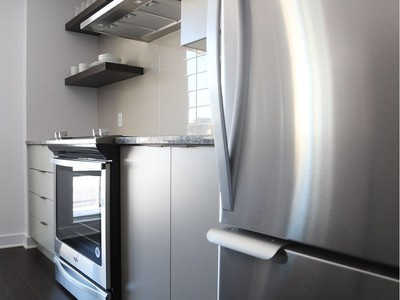 As the model suite at O shows, kitchens boast contemporary features with cabinets made from sustainable materials that do not off-gas, stainless-steel appliances and quartz or granite counters.
