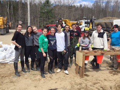 Students from Holy Trinity High School took a field trip to Constance Bay on April 30 to help with the flood relief by sandbagging. Credit: Tiffany Wheatley, Holy Trinity High School