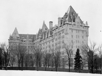 Chateau Laurier 1911, View from Major's Hill Park, showing fence between the hotel and park