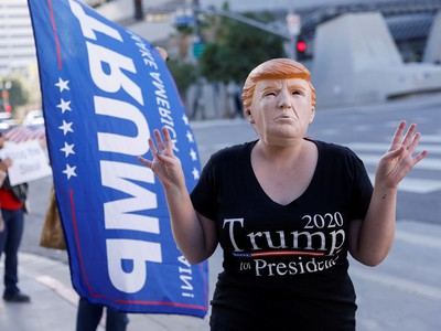 A supporter wears a mask of U.S. President Donald Trump during a protest in Los Angeles, California, U.S., January 6, 2021. REUTERS/Mike Blake     TPX IMAGES OF THE DAY ORG XMIT: MEX