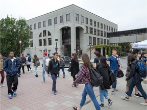 The University of Ottawa will be offering a number of 'bimodal' classes this Fall, where some students will attend in person while others participate remotely.