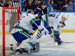 Alex Steen of the Blues scores against Jacob Markstrom.