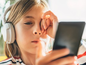 Parents who possess the courage to separate their children from their smartphones may be helping their kids' brainpower, a new study suggests