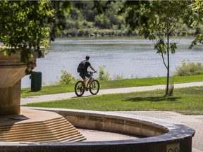 Saskatoon city council voted to scrap a controversial one-metre buffer between cyclists and pedestrians on Monday.