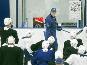 Toronto Maple Leafs head coach Mike Babcock talks to his players during a practice session in Toronto on Monday, April 9, 2018. (THE CANADIAN PRESS/Chris Young)