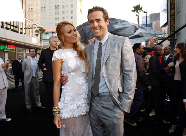 """Cast members Ryan Reynolds and Blake Lively pose at the premiere of """"Green Lantern"""" at the Grauman's Chinese theatre in Hollywood, California June 15, 2011. The movie opens in the U.S. on June 17. (Mario Anzuoni/REUTERS)"""