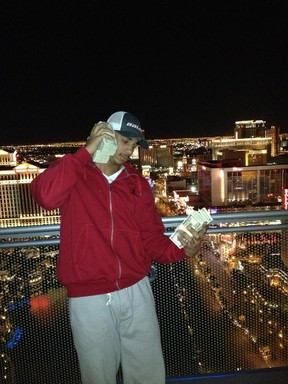 Evander Kane poses in Vegas with handfuls of cash. (Twitter.com)