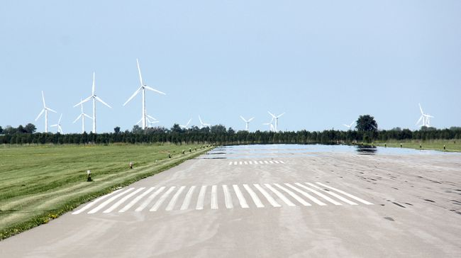 Wind turbines near the Chatham-Kent Municipal Airport. (VICKI GOUGH, Chatham Daily News)