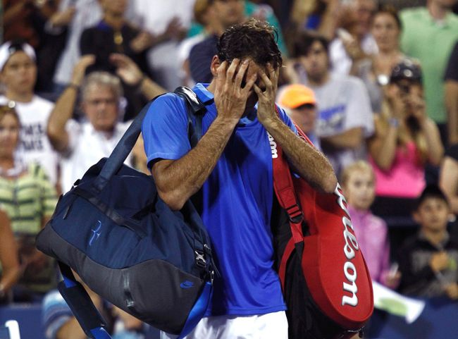 Roger Federer of Switzerland walks off the court after losing in three sets to Tommy Robredo of Spain at the U.S. Open in New York September 2, 2013. (REUTERS/Eduardo Munoz)