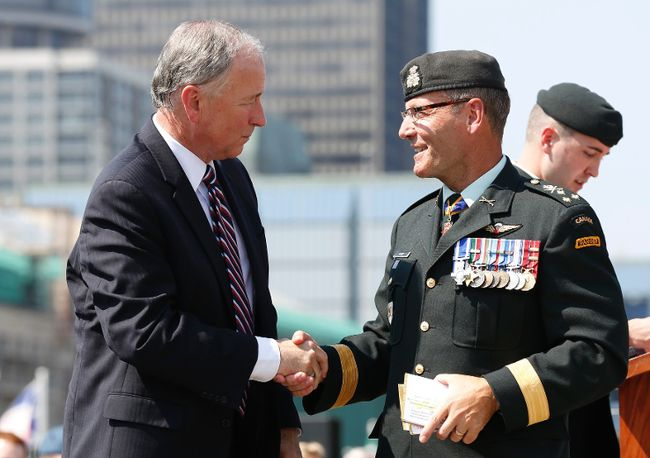 Canada's Defence Minister Rob Nicholson (L) shakes hands with Lieutenant-General Marquis Hainse, the new commander of the Canadian Army, during a change of command ceremony on Parliament Hill in Ottawa July 18, 2013. (REUTERS/Chris Wattie)