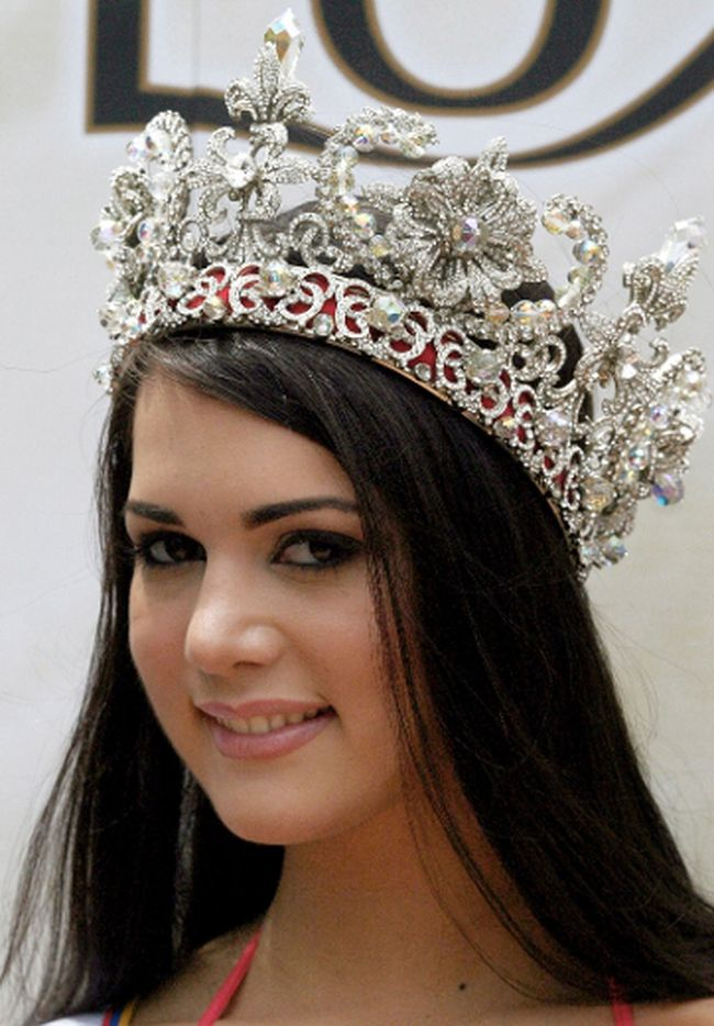 The Miss Venezuela beauty pageant winner Monica Spear smiles during her presentation to the media after the contest final in Caracas in this file picture taken September 24, 2004. (REUTERS/Howard Yanes/Files)