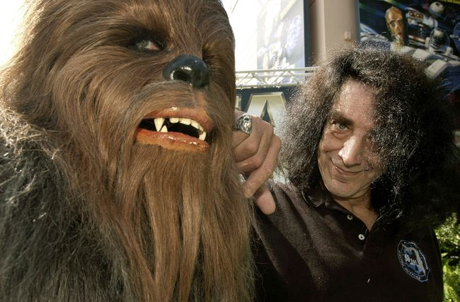 Actor Peter Mayhew gets re-acquainted with his alter-ego, the lovable Chewbacca, at the Disney-MGM Studios in Lake Buena Vista, Florida in this June 6, 2003 file photo. (Reuters files)