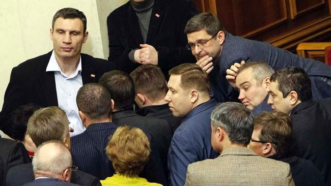 Ukrainian heavyweight boxer and opposition politician Vitaly Klitschko (top L) attends a Parliament session in Kiev, January 29, 2014.   REUTERS/Gleb Garanich