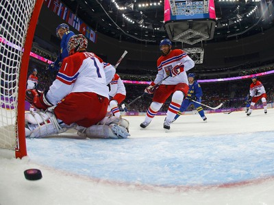 Sweden's Erik Karlsson (not shown) scores past goalie Jakub Kovar of the Czech Republic (L) in the first period of their men's preliminary round hockey game at the 2014 Sochi Winter Olympic Games, February 12, 2014. REUTERS/Mark Blinch/Pool (RUSSIA  - Tags: OLYMPICS SPORT ICE HOCKEY)