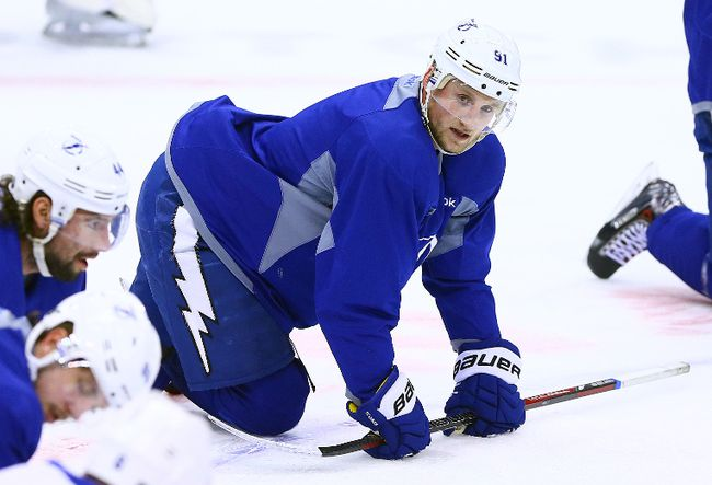 Tampa Bay Lightning centre Steven Stamkos stretches with the team during a morning skate in Toronto, Jan. 28, 2014. (DAVE ABEL/QMI Agency)