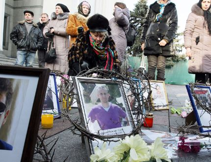 Ukrainians remember those protestors killed by government f