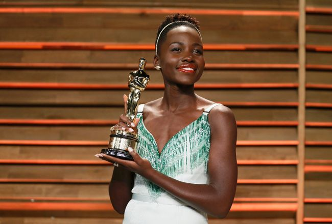 Actress Lupita Nyong'o poses with her best supporting actress award as she arrives at the 2014 Vanity Fair Oscars Party in West Hollywood, California March 3, 2014.  REUTERS/Danny Moloshok
