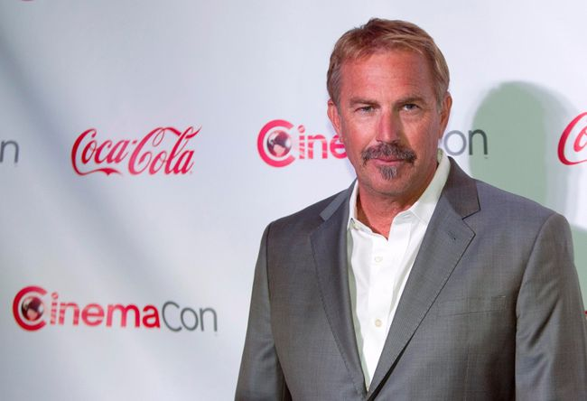 Kevin Costner, honored with a Cinema Icon Award, arrives for the Big Screen Achievement Awards during CinemaCon, the official convention of the National Association of Theatre Owners, at Caesars Palace in Las Vegas, Nevada March 27, 2014. (REUTERS/Steve Marcus)