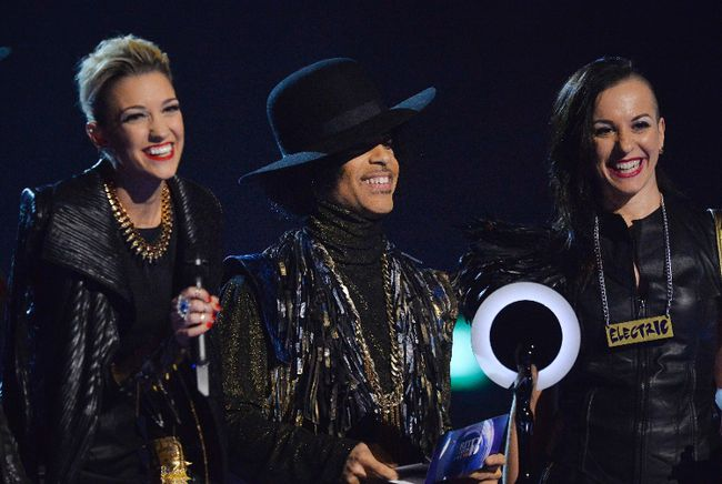 Prince and his band 3rdEyeGirl present the award for British Female Solo Artist at the BRIT Awards, celebrating British pop music, at the O2 Arena in London February 19, 2014. (REUTERS/Toby Melville)