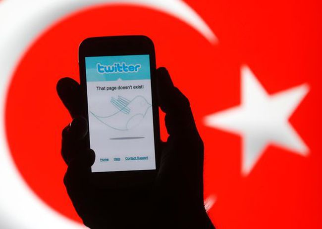 A person holds holds a Samsung Galaxy S4 displaying a Twitter error message in front of Turkish national flag in this illustration taken in Zenica, March 21, 2014.  REUTERS/Dado Ruvic
