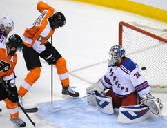 Philadelphia Flyers right wing Wayne Simmonds scores against New York Rangers goalie Henrik Lundqvist during Game 6 of their Eastern Conference quarterfinal series at the Wells Fargo Center in Philadelphia, April 29, 2014. (ERIC HARTLINE/USA Today)