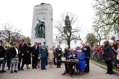 Britain's Prince Charles and Camilla, Duchess of Cornwall, sign the guest book at their official welcome ceremony in Halifax, Nova Scotia, May 19, 2014. The royal couple are on a four-day visit to Canada that begins in Halifax and includes stops in Pictou, Nova Scotia, the Prince Edward Island towns of Charlottetown, Bonshaw and Cornwall and concludes in Winnipeg. (REUTERS/Mark Blinch)