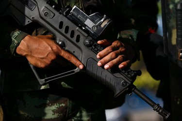 An armed Thai soldier holds his weapon during a coup at the Army Club where Thailand's army chief held a meeting with all rival factions in central Bangkok May 22, 2014. Thailand's army chief General Prayuth Chan-ocha took control of the government in the coup on Thursday saying the army had to restore order and push through reforms, two days after he declared martial law.   REUTERS/Athit Perawongmetha