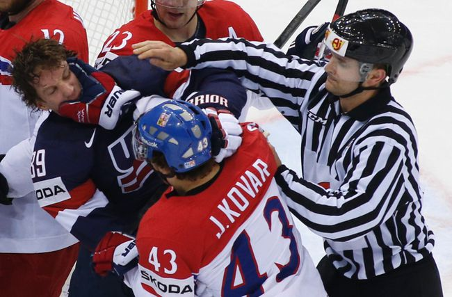 Justin Abdelkader of the U.S. (L) fights with the Czech Republic's Jan Kovar (C) during their men's ice hockey World Championship quarterfinal game at Chizhovka Arena in Minsk May 22, 2014. (REUTERS/Vasily Fedosenko)