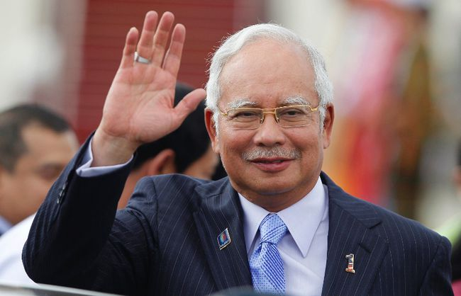 Malaysia's Prime Minister Najib Razak waves as he arrives at Naypyitaw international airport to attend 24th ASEAN Summit May 10, 2014. (REUTERS/Soe Zeya Tun)