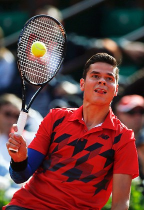 Milos Raonic hits a return to Gilles Simon during their men's singles match at the French Open in Paris May 30, 2014. (GONZALO FUENTES/Reuters)