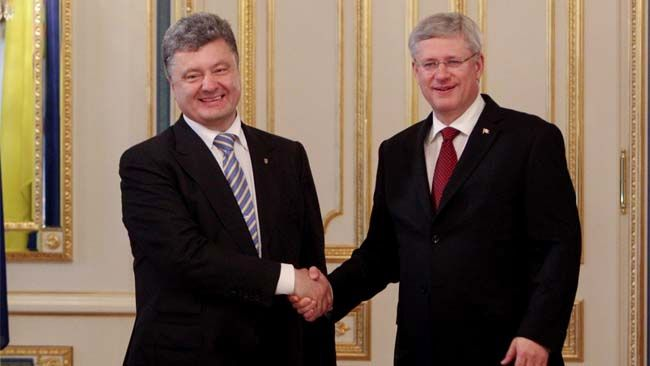 Ukraine's new president Petro z(L) shakes hands with Canada's Prime Minister Stephen Harper during their meeting in Kiev June 7, 2014.   REUTERS/Valentyn Ogirenko