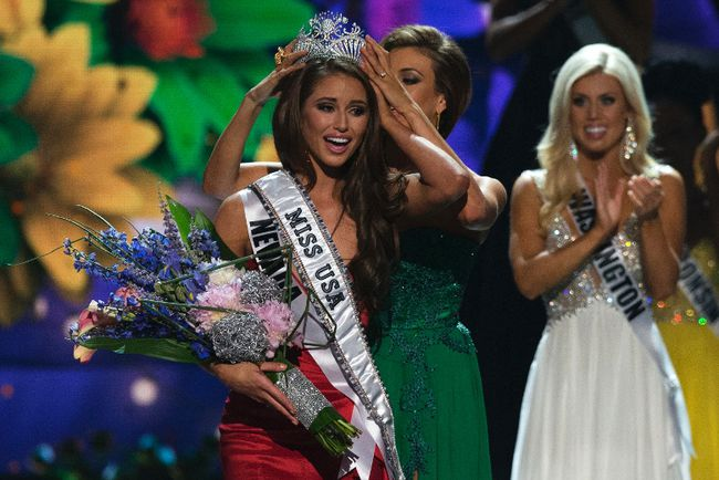 Miss Nevada Nia Sanchez is crowned by Miss USA 2013 Erin Brady after winning the 2014 Miss USA beauty pageant in Baton Rouge, La., on June 8, 2014. (REUTERS/Adrees Latif)