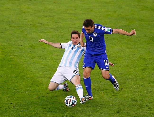 Argentina's Lionel Messi fights for the ball with Bosnia's Zvjezdan Misimovic during their 2014 World Cup Group F soccer match at the Maracana stadium in Rio de Janeiro on June 15, 2014. (REUTERS/Ricardo Moraes)